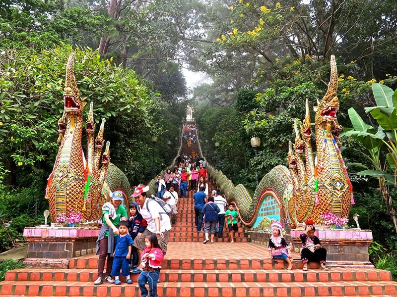Montez les 306 marches menant Wat Phrathat Doi Suthep