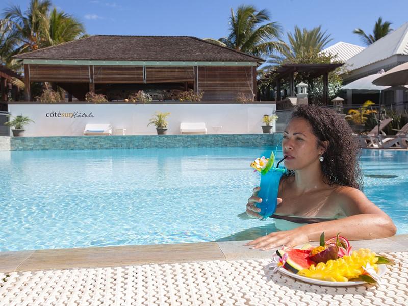 Sirotez un délicieux cocktail au bord de la piscine