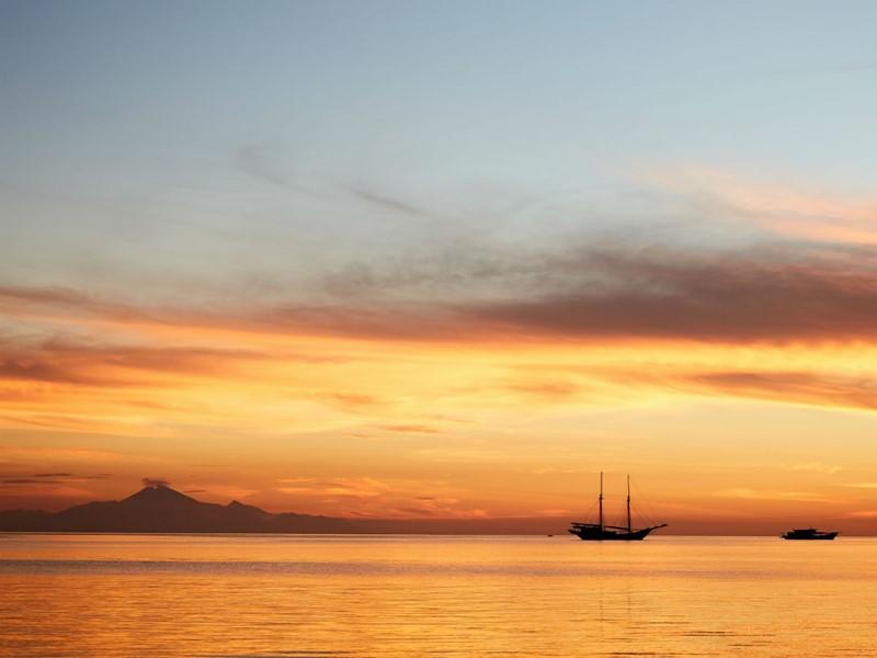 Magnifique coucher de soleil sur la mer de Bali