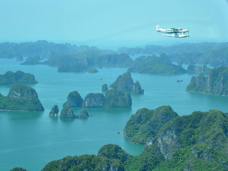 Vue depuis l'hydravion au-dessus de la baie d'Halong