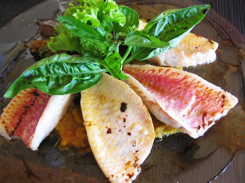 Dégustez le délicieux poisson cru au lait de coco appelé Mahi Mahi de Papeete