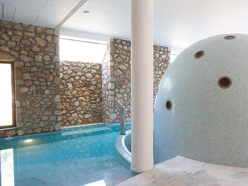La piscine du spa de l'hôtel 5 étoiles Lindian Village