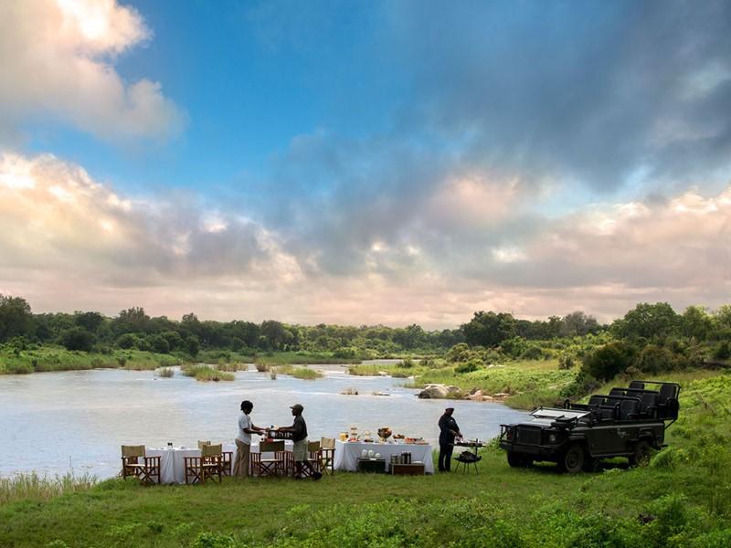 Profitez d'un repas face à la rivière Sabi au Lion Sands