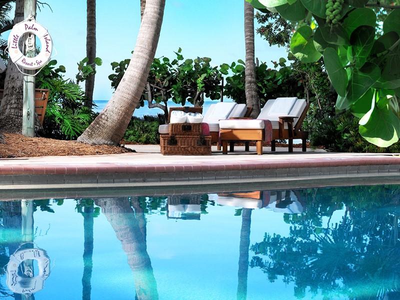 Relaxez-vous au bord de la piscine du Little Palm Island.