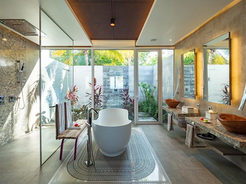 La salle de bain d'une villa du LUX* North Malé