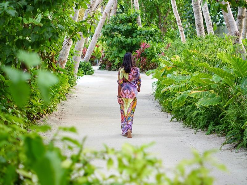 Balade au coeur de la végétation luxuriante du LUX* North Malé