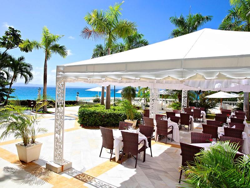 Somptueux repas face à l'océan au Luxury Bahia Principe
