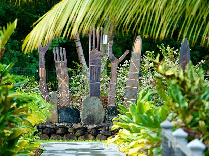 Les nombreux maraes de l'hôtel Maitai Lapita Village
