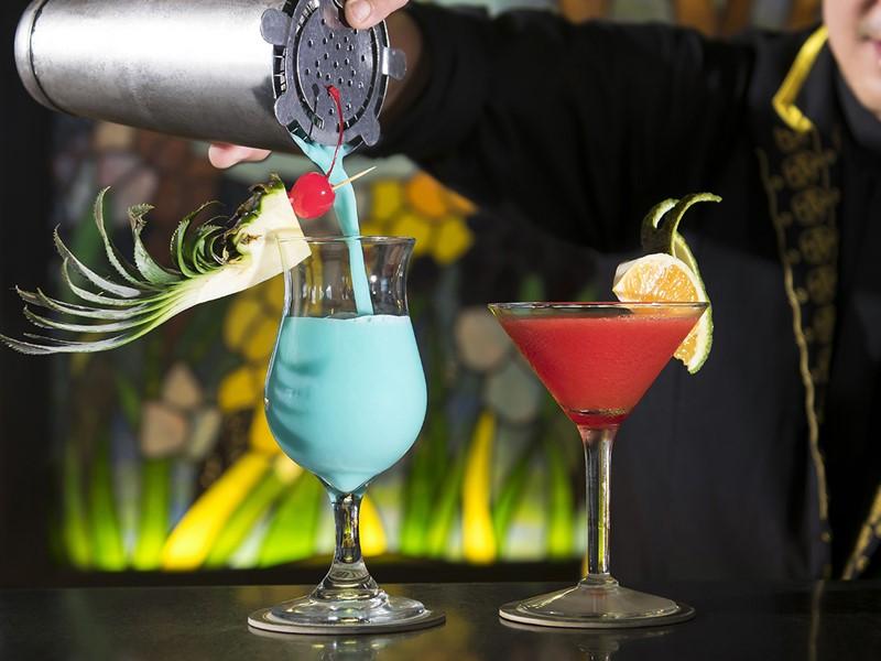 Sirotez des délicieux cocktails au M Bar du Majestic Saigon
