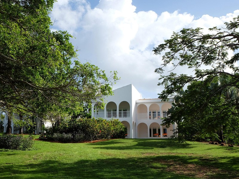 Le jardin verdoyant de l'hôtel Malliouhana à Anguilla