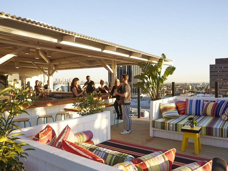 Sirotez des délicieuses boissons sur le rooftop exceptionnel du Mama Shelter