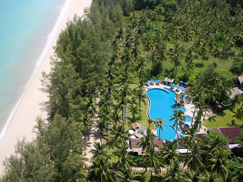 Vue aérienne de l'hôtel Manathai situé à Khao Lak