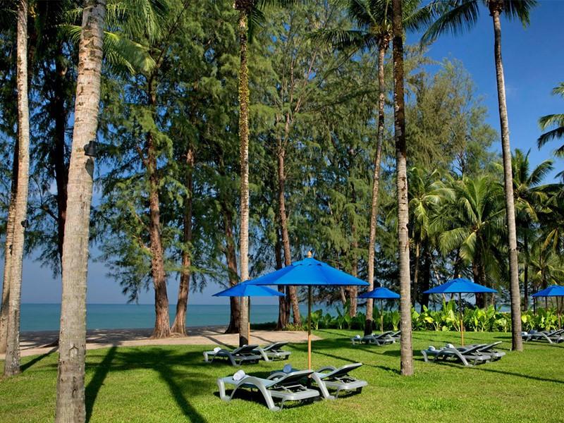 Détendez vous devant la plage du Manathai Khao Lak en Thaïlande