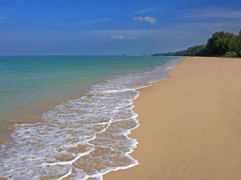 La plage de Bangsak où se trouve l'hôtel Manathai à Khao Lak