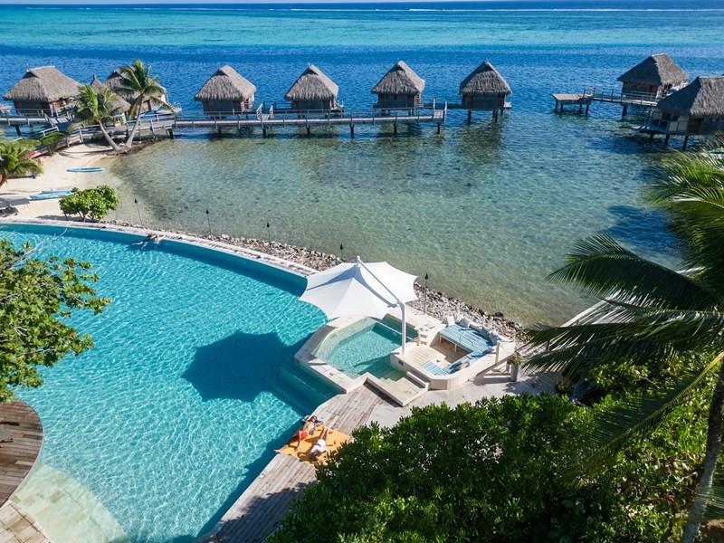 La superbe piscine du Manava Beach Resort à Moorea