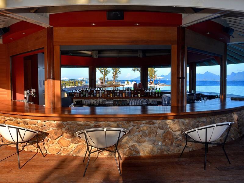 Le bar Taapuna du Manava Suite Resort à Tahiti
