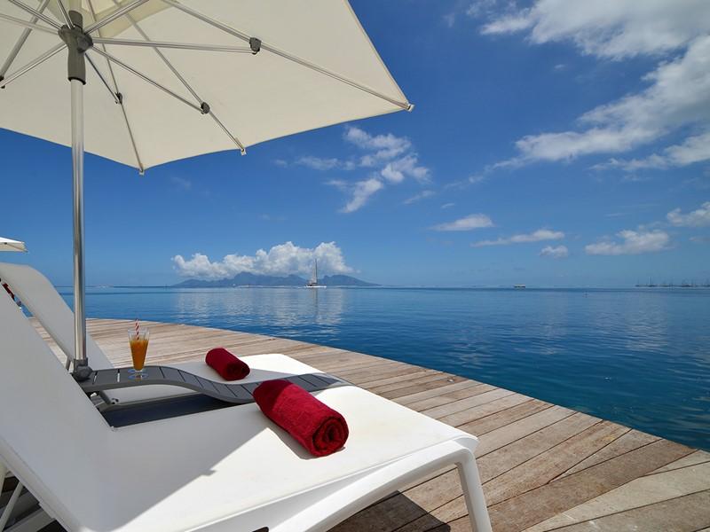 La belle piscine de l'hôtel Manava Suite Resort