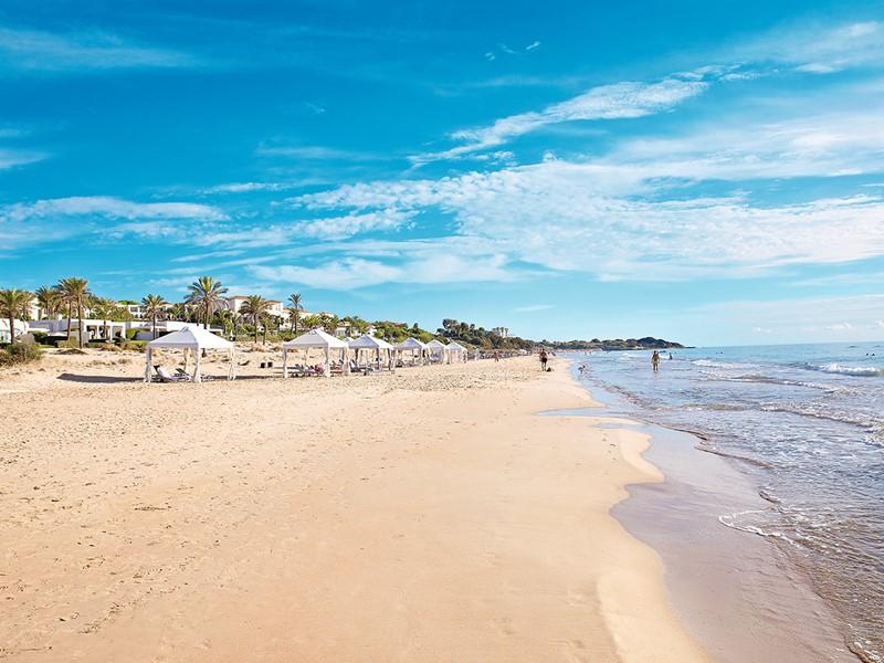 La superbe plage de l'hôtel Mandola Rosa en Grèce