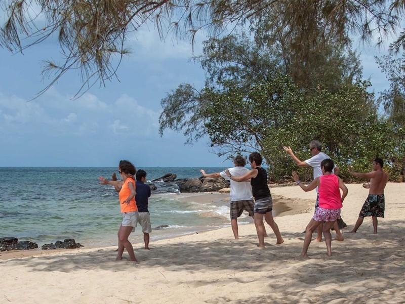 Tai Chi sur la plage de l'hôtel Mango Bay situé au Vietnam