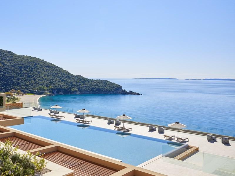 La piscine vous fera profiter de la sublime vue