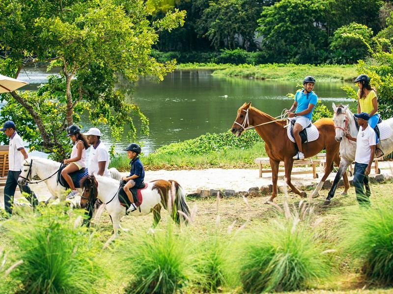 Balade à cheval en famille