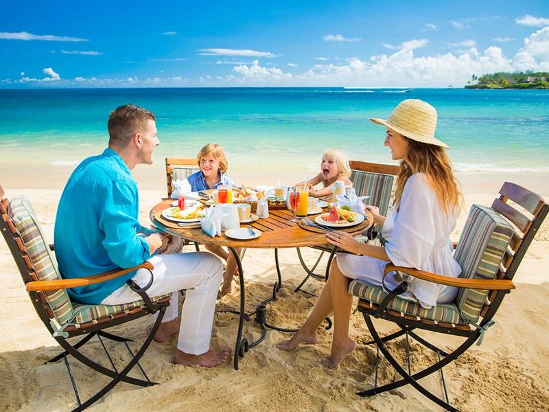 Petit déjeuner les pieds dans le sable au Maritim Resort
