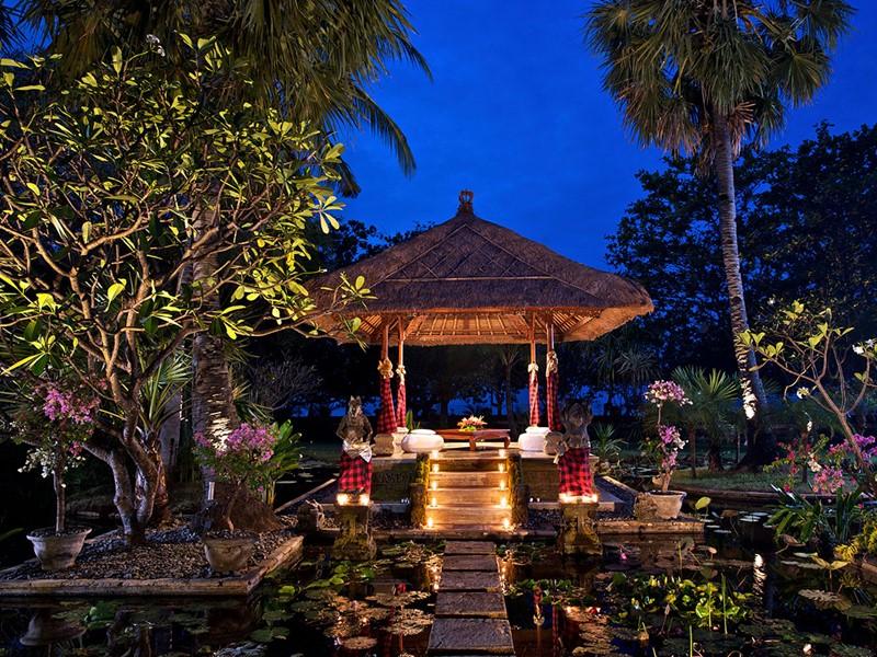 Le jardin de l'hôtel Matahari Beach Resort & Spa