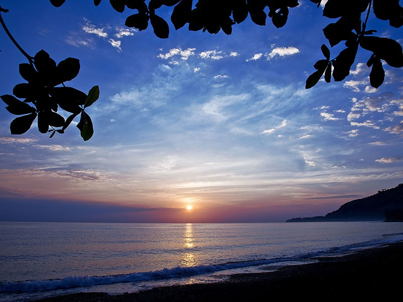 Lever de soleil sur la plage du Matahari Beach Resort