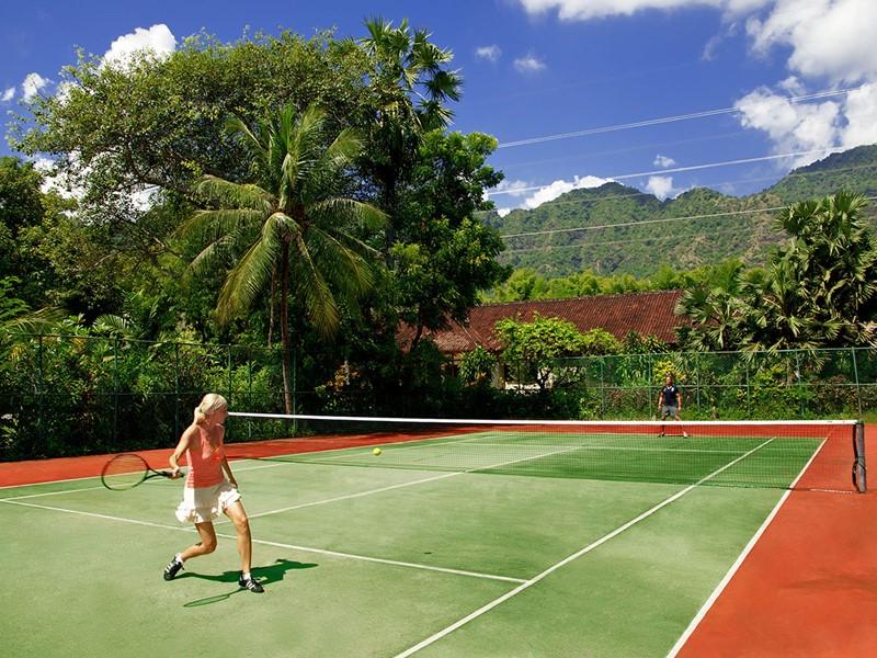 Le court de tennis du Matahari Beach Resort