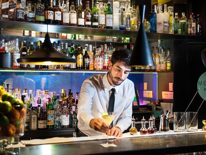 Sirotez un délicieux cocktail au bar de l'hôtel Mercer