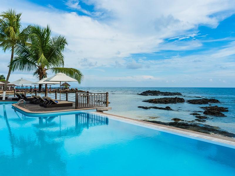 La piscine du Méridien Fisherman's Cove à Mahé