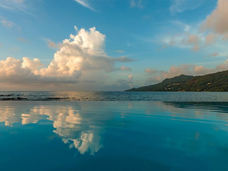 Profitez de la belle piscine du Méridien Fisherman's Cove