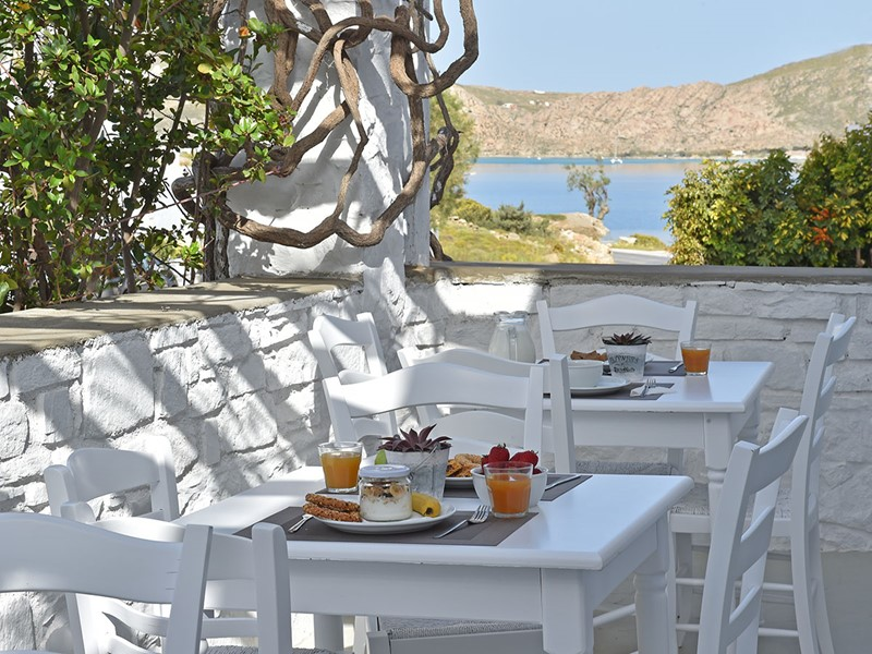 Petit déjeuner face à la plage de Piperi