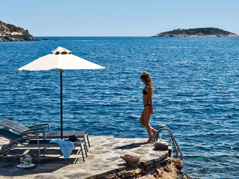 Détente face à la mer au Minos Beach Art Hotel
