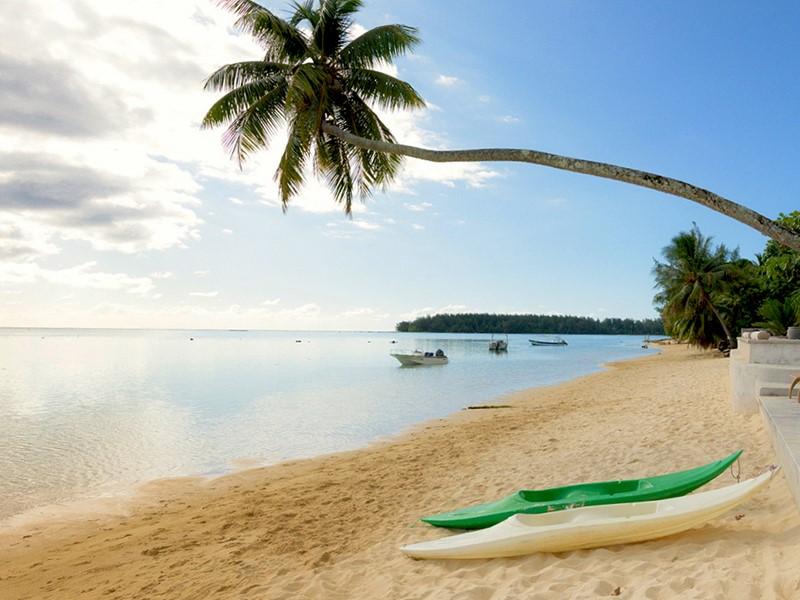 La plage du Moorea Beach Lodge en Polynésie