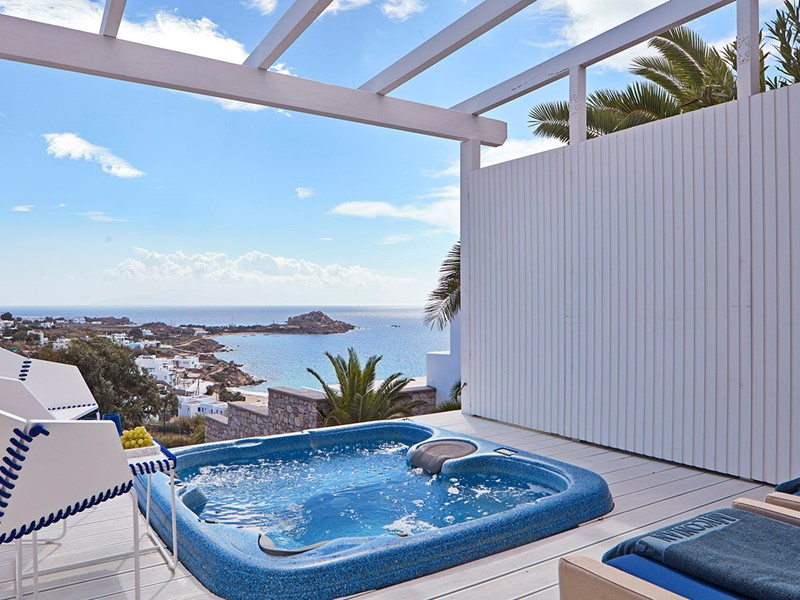White Bliss with Private Jacuzzi® du Myconian Ambassador