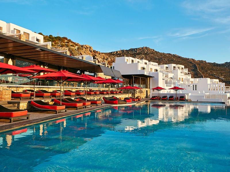 Détente au bord de la piscine de l'hôtel