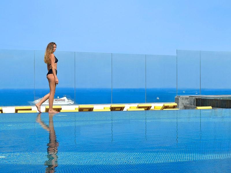 Profitez de la superbe piscine du Myconian Korali