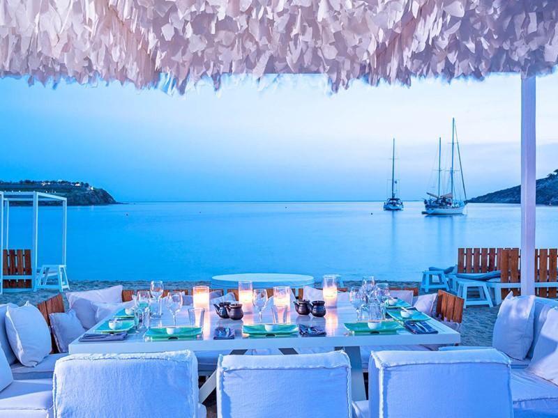 Un somptueux dîner les pieds dans le sable du Mykonos Ammos