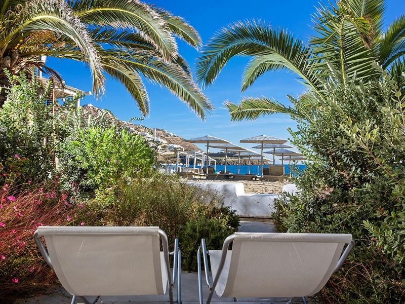 Détente dans le jardin luxuriant du Mykonos Ammos