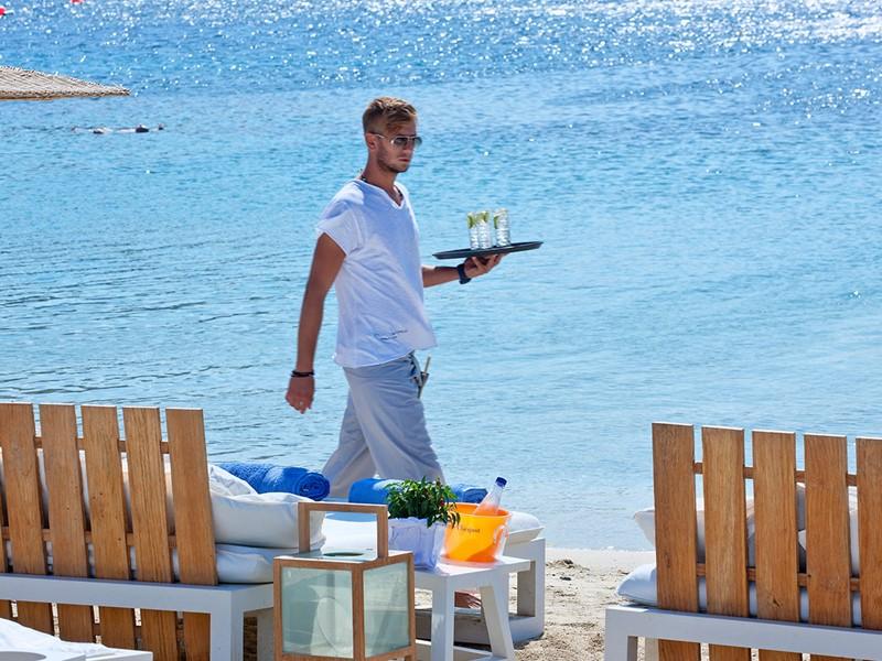 Service d'exception sur la plage du Mykonos Ammos