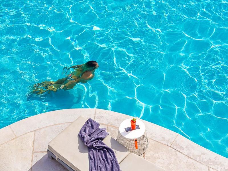 Profitez de la superbe piscine du Mykonos Ammos