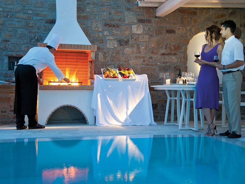 Profitez d'un barbecue au bord de la piscine du Mykonos Grand