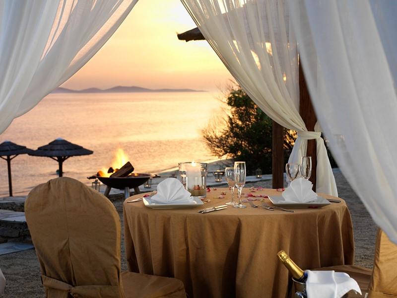 Dîner romantique les pieds dans le sable au Mykonos Grand