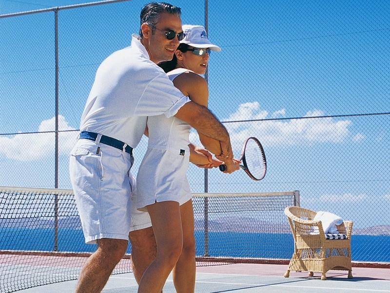 Le court de tennis du Mykonos Grand en Grèce