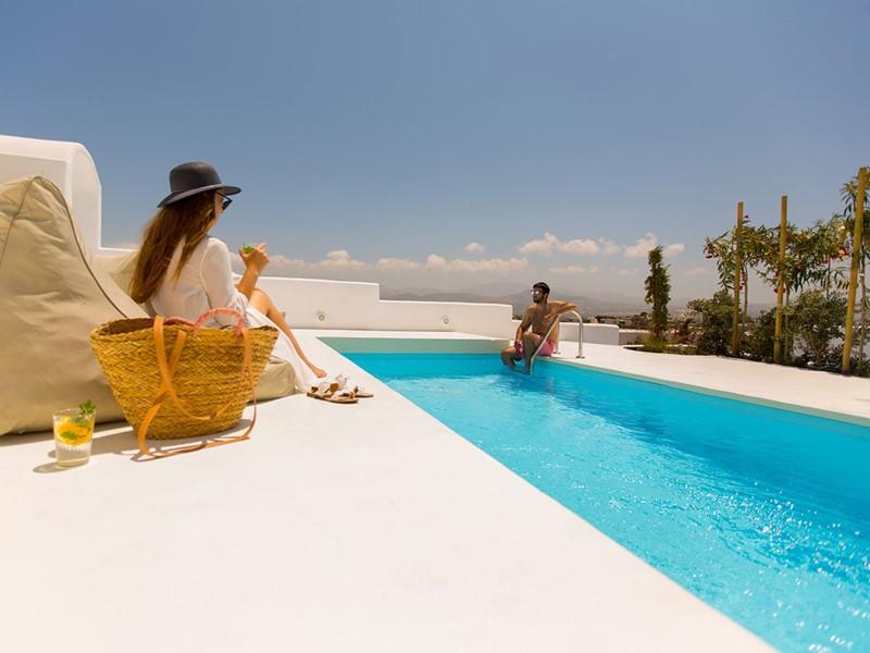 Au bord de la piscine de votre villa
