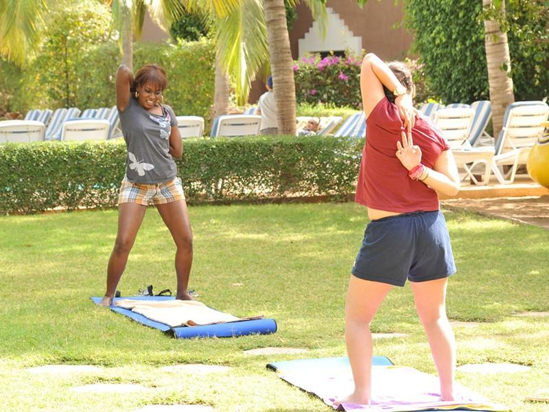 Séance d'étirement en plein air à l'hôtel Neptune en Afrique
