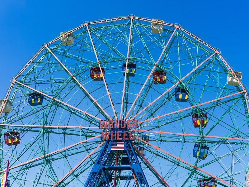 Coney Island est une presqu'île appréciée des New Yorkais pour sa plage et ses parcs d'attractions