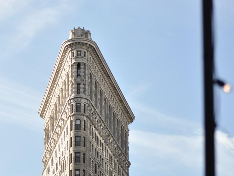 Le Flatiron, merveille d'architecture à la forme triangulaire qui dénote parmi les bâtiments