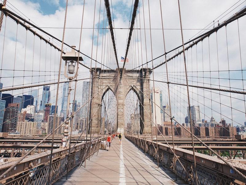 Traversez le pour admirer la ville d'un point de vue unique